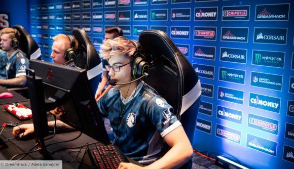Twistzz plays CS:GO at a tournament