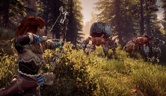 Aloy aims her bow at a mechanical crab in a forest