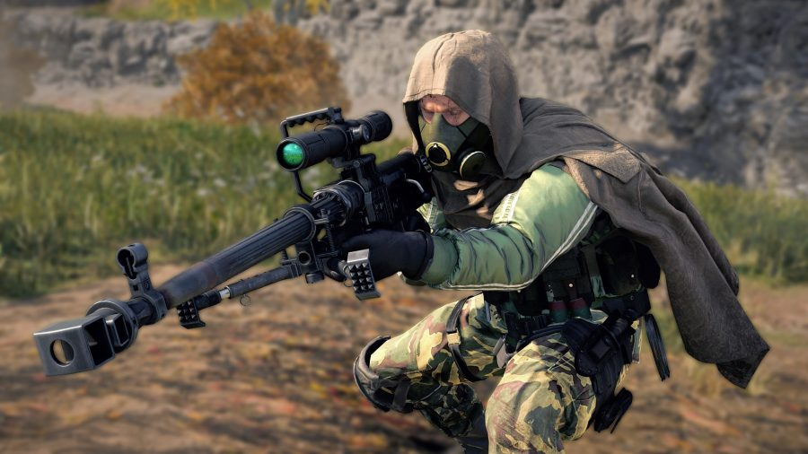 A Warzone operator dressed in green camouflage, a grey hooded cape, and a gas mask, holds a sniper rifle