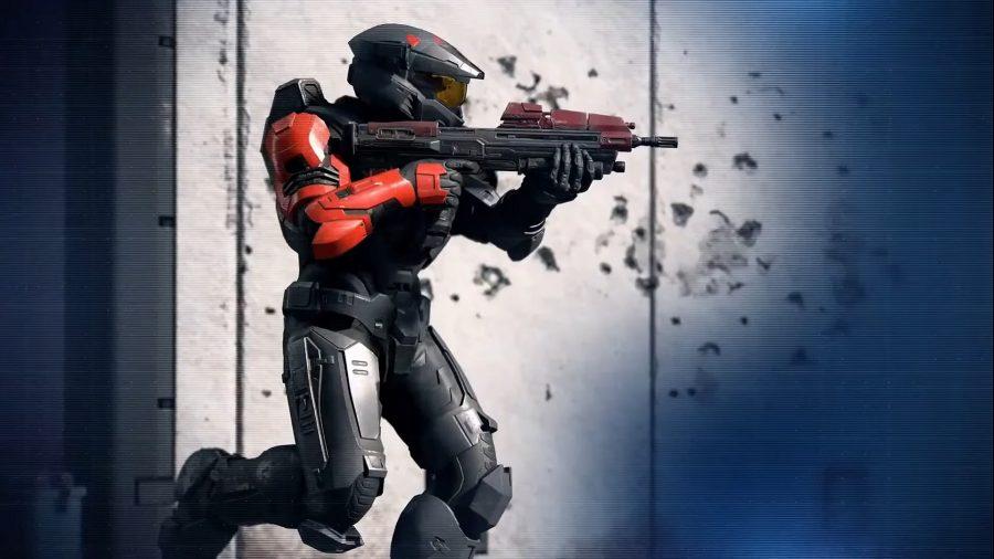 Персонализированный спартанец Halo бежит со своей винтовкой