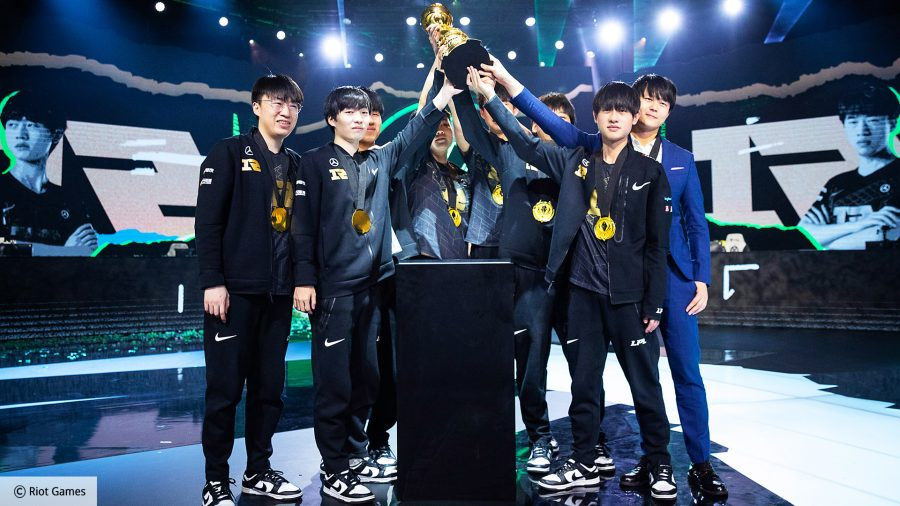 RNG, the winners of LoL MSI 2021 with the trophy