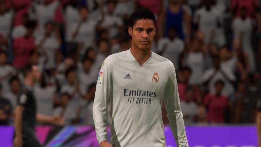 Varane atravessa o campo com uma camisa branca do Real Madrid