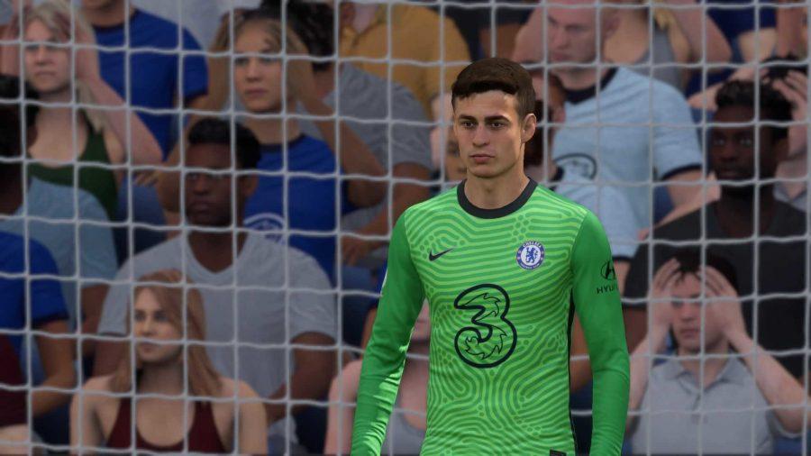 Courtois está na baliza em uma faixa verde dos goleiros do Chelsea