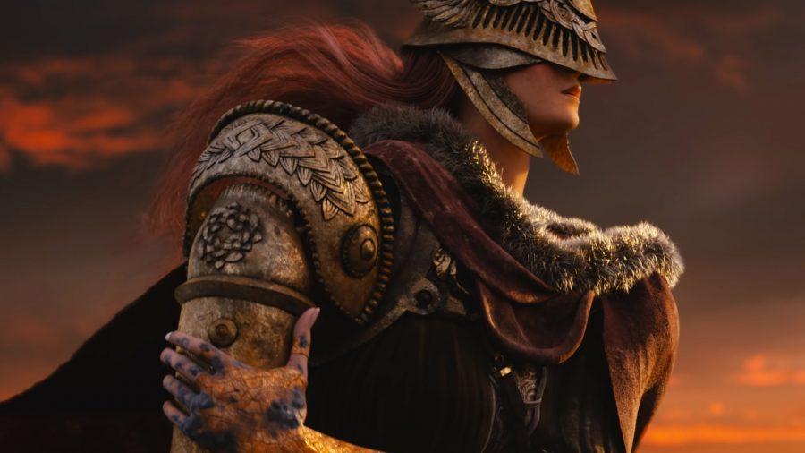 Um cavaleiro com armadura vermelha e prata monta um cavalo
